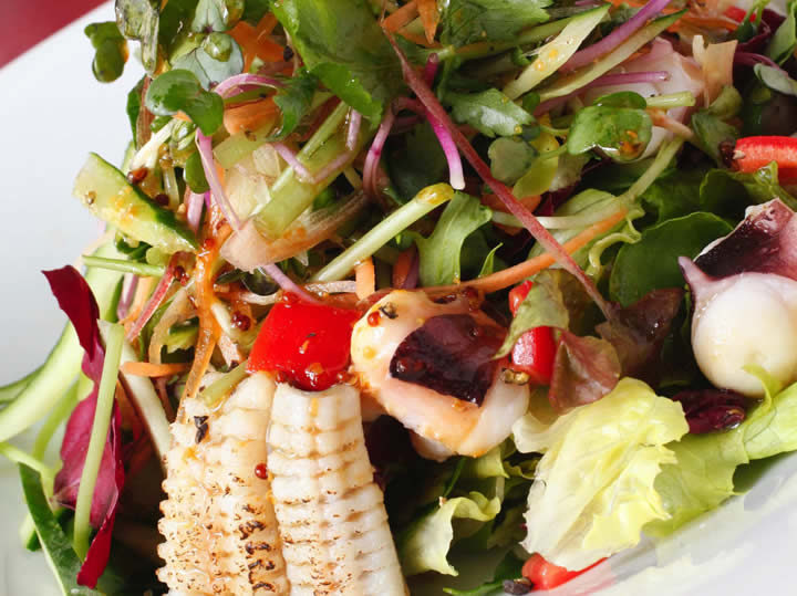 季節魚介と香味野菜のサラダ