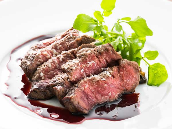 牛フィレ肉のオーブンロースト カシスワインのソース