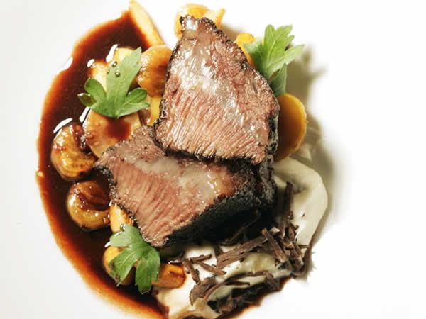 トロトロにコンフィにした和牛ホホ肉の赤ワイン煮込み